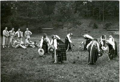 Kauno universiteto studentai šoka kepurinę