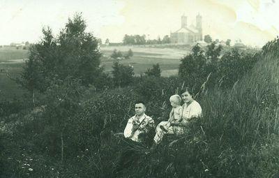 Juozas Karazija su šeima prie Kupiškio piliakalnio