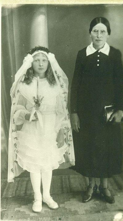 Pirmos komunijos mokytoja  Ona Ramanauskaitė (dešinėje)