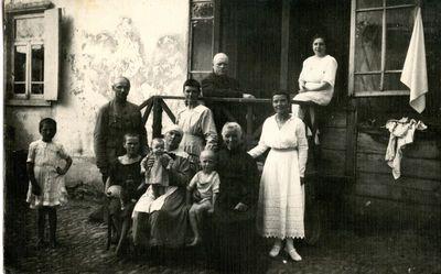 Ona Glemžienė su dukromis Mikalina ir Elvyra Esentukuose pas Vaicekavičius