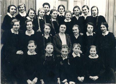 Aušros mergaičių gimnazijos rankdarbių parodos rengėjos ir padėjėjos