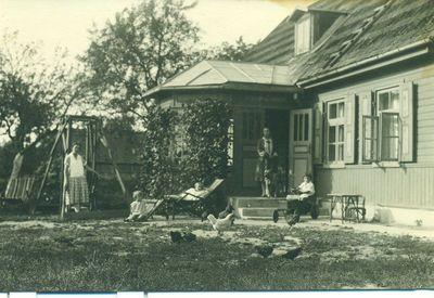 Elvyra Dulaitienė prie savo namų Mažeikiuose