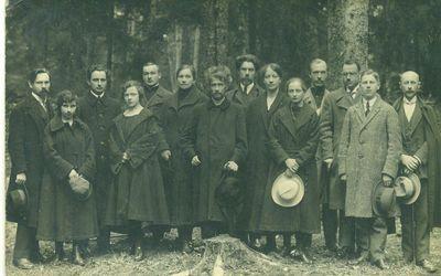 Grupė žmonių ( tarp jų A. Smetona ir Vilius Storosta Vydūnas)
