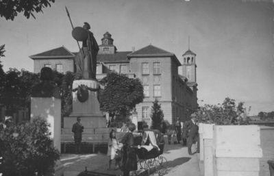 Klaipėda. Borusijos paminklas ir Biržos pastatas