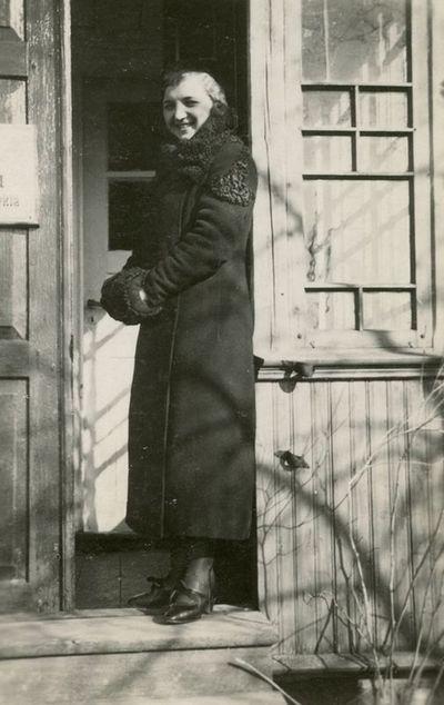 Aloyzo Siručio kolegė prie mokyklos