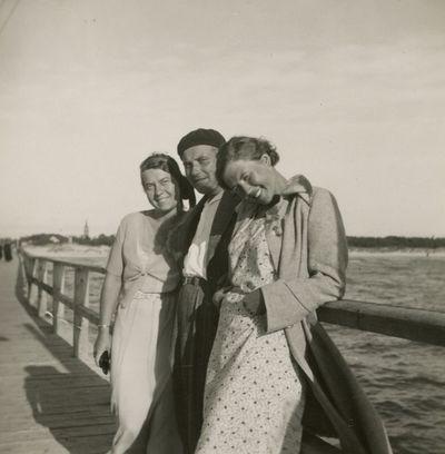 Gražutė Šlapelytė su dviem draugais ant Palangos tilto