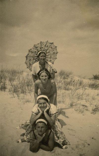 Keturios merginos Palangos kopose