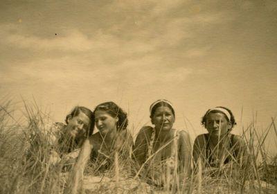 Keturios draugės Palangos kopose