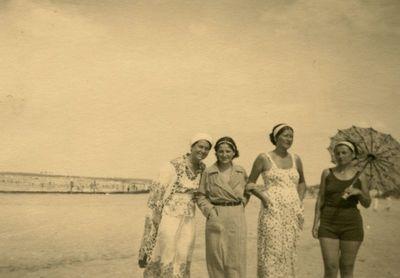 Keturios merginos Palangos paplūdimyje
