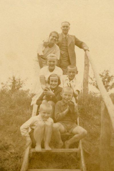 Gražutė Šlapelytė su pulku vaikų Kačerginėje