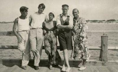 Gražutė Šlapelytė su keturiais jaunuoliais ant Palangos tilto