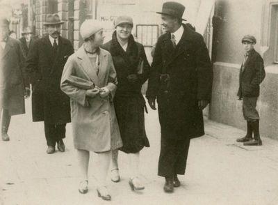 Gražutė Šlapelytė su draugais eina Vilniaus gatve
