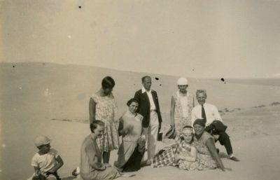 Šlapelių vaikai su draugija Nidos kopose
