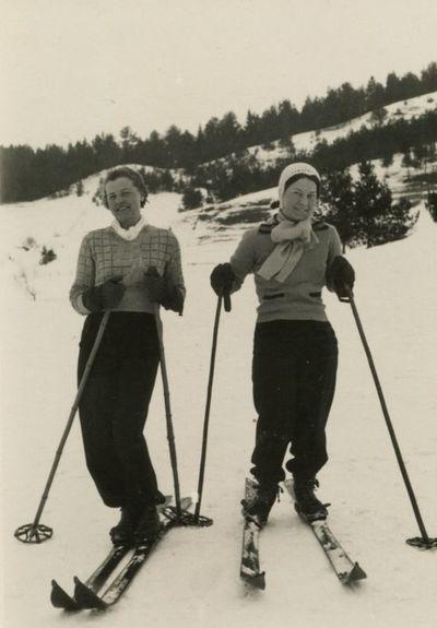 Gražutė Šlapelytė su drauge slidinėja