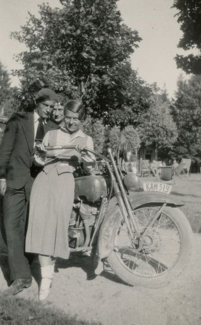 Gražutė Šlapelytė Palangoje stovi prie motociklo