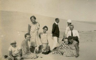 Šlapelių vaikai ir K. Graužinis  su draugija Nidos kopose