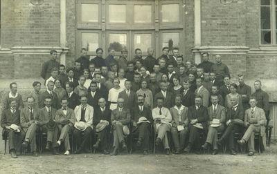 Technikumo dėstytojai ir moksleiviai prie centrinių rūmų