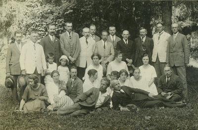 Technikumo dėstytojai su šeimomis parke