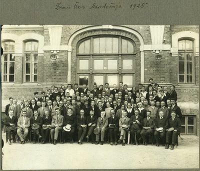 ŽŪA dėstytojai ir studentai prie centrinių rūmų