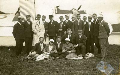 Žemės ūkio akademijos studentai prie orlaivių Karaliaučiuje