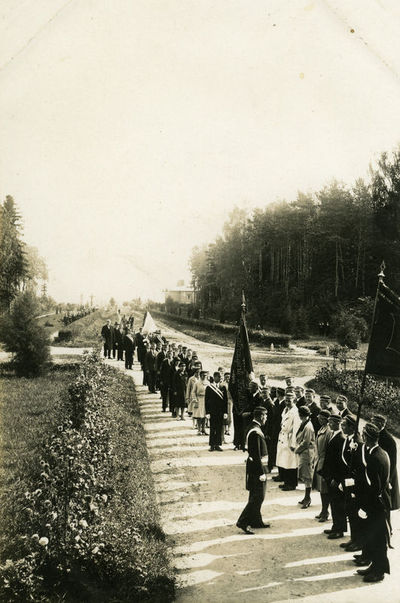 Mokslo metų pradžia 1930 m. rudenį (studentų organizacijos grįžta iš bažnyčios)