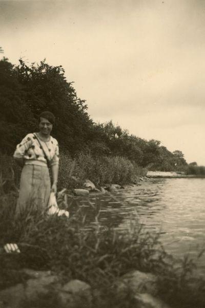 Gražutė Šlapelytė Ventės rage stovi pakrantėje
