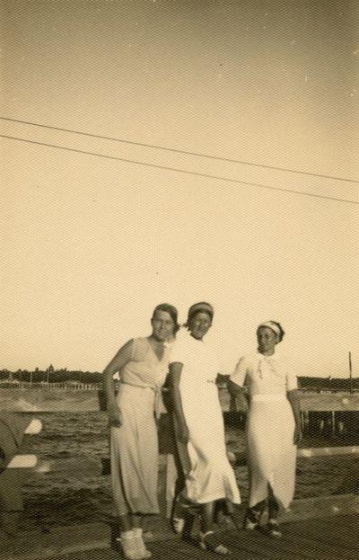 Gražutė Šlapelytė su dviem moterim