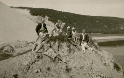 Šlapeliai ir K. Graužinis  su draugija Nidos kopose