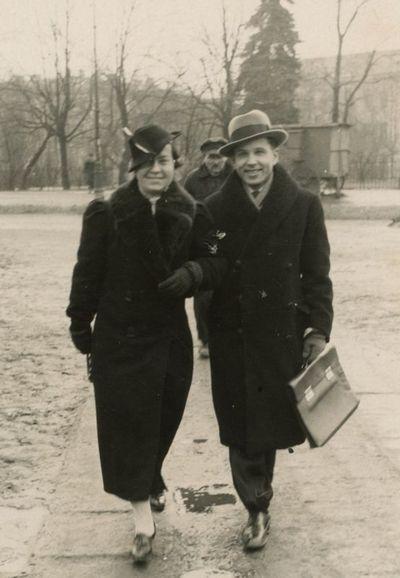 Gražutė Šlapelytė su draugu eina Katedros aikšte