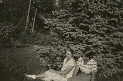 Gražutė Šlapelytė su drauge Palangos miškelyje
