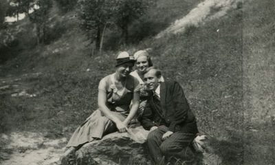 Gražutė Šlapelytė su E. Valteryte ir draugu