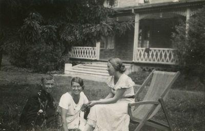 Gražutė Šlapelytė su dviem draugais prie vilos Palangoje
