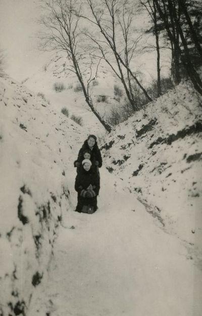 Gražutė Šlapelytė su draugėmis prie Trijų kryžių kalno