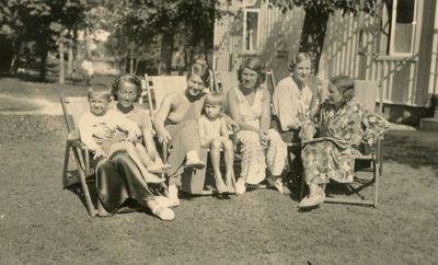 Gražutė Šlapelytė su kitom vasarotojom  prie vilos Palangoje