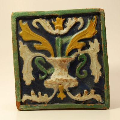 Koklis augaliniu ornamentu
