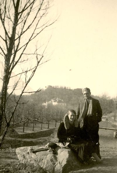 Gražutė Šlapelytė su draugu vaikšto po Vilniaus apylinkes