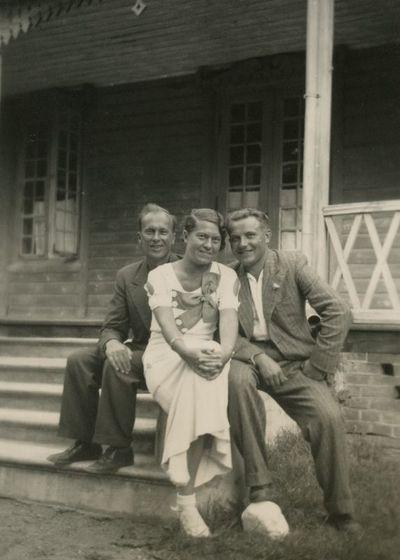 Gražutė Šlapelytė Palangoje su dviem draugais