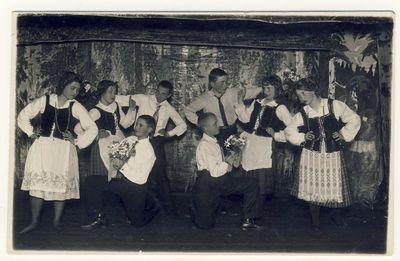 Anykščių moksleiviai šoka suktinį