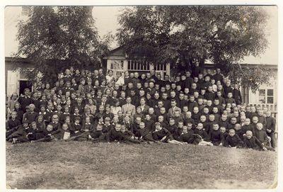 Anykščių vidurinės mokyklos mokytojai ir moksleiviai direktoriaus Petro Micevičiaus išleistuvių dieną