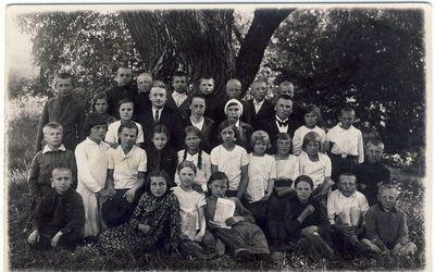 Anykščių pradžios mokyklos IV skyriaus mokiniai ir mokytojai