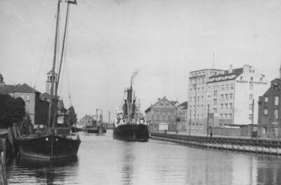 Klaipėda. Dangė ties Biržos tiltu ir Meyerhoferio laivininkystės daugiaaukštis