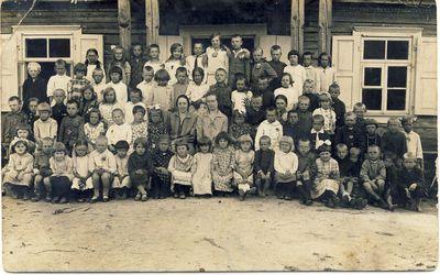 Anykščių pradžios mokyklos I skyriaus mokiniai ir mokytojos