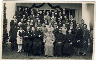 Anykščių šv. Mato bažnyčios choristai su vyskupu Kazimieru Paltaroku