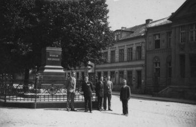 Klaipėda. Grupė miestiečių prie paminklo Prūsijos karaliui Vilhelmui I postamento Liepų gatvės pradžioje