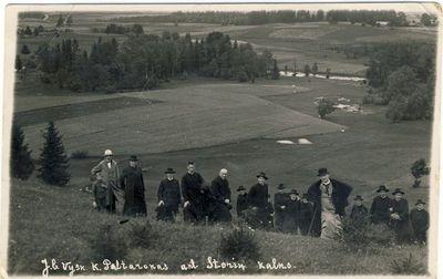Panevėžio vyskupas Kazimieras Paltarokas ant Storių kalno su dvasininkais