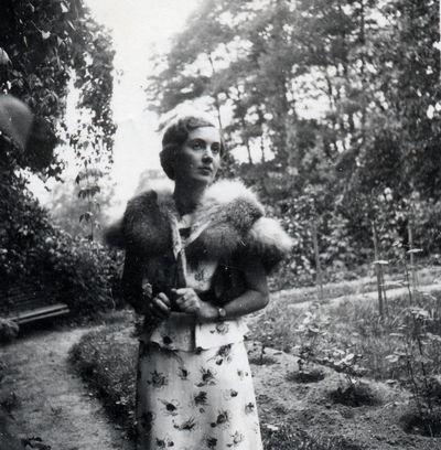 Vladimiro Nazimovo dukterėčios Alos portretas Markučių dvaro sodybos fone