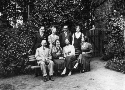 Grupinis portretas buvusios Markučių dvaro sodybos fone