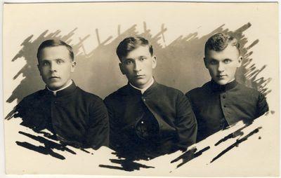 Kunigai K. Steponavičius, K. Barauskas ir J. Butkus