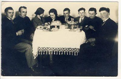 Kunigas Matas Šermukšnis su draugais