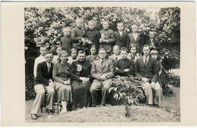 Kunigas Matas Šermukšnis su mokiniais Kuosėnuose